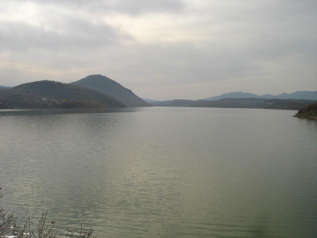 Водите на езерото Мантово со ридовите Габрешка Чука и Трескавец