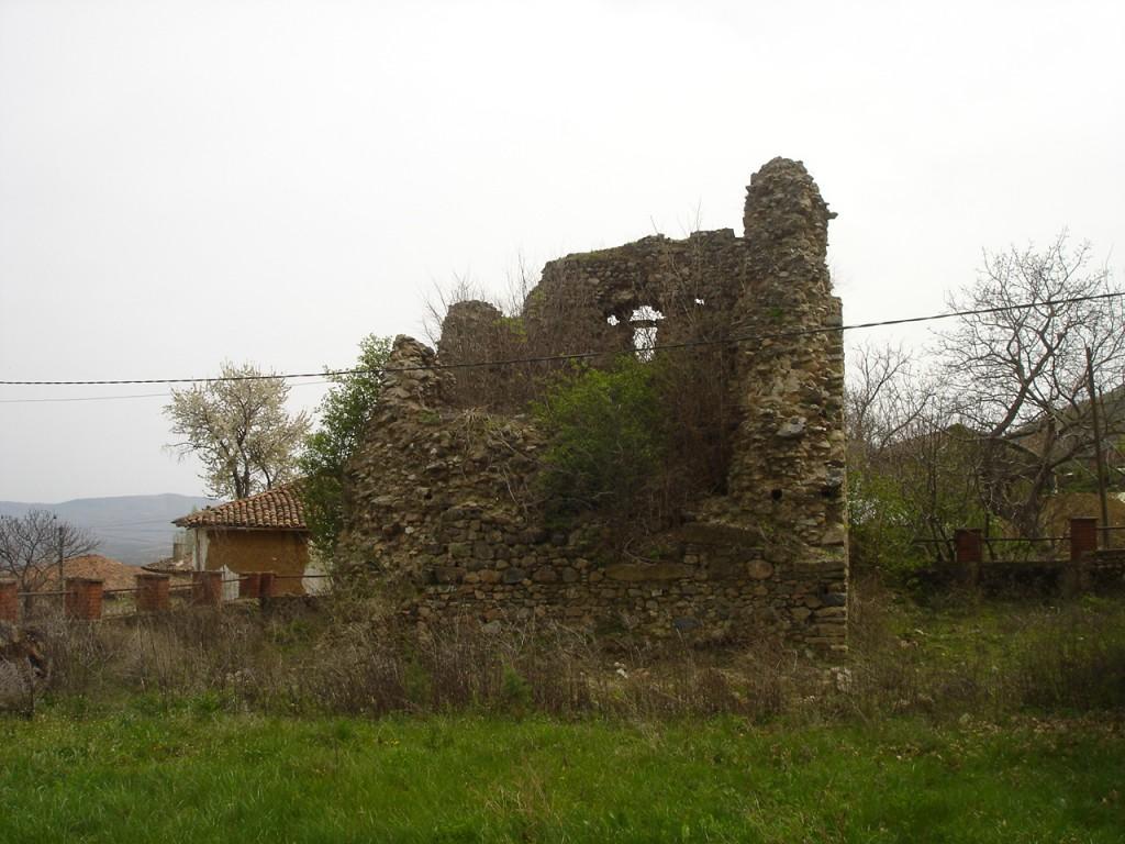 Остатоци од средновековната кула до црквата Св. Стефан во Конче